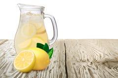 Κανάτα ή στάμνα της λεμονάδας με τα λεμόνια standin πρώτου πλάνου επάνω Στοκ Εικόνες