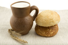 Κανάτα αργίλου με το γάλα και το ψωμί στοκ εικόνες