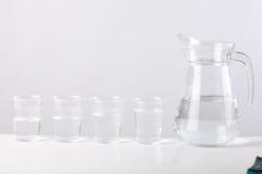 Κανάτα γυαλιού με το νερό που απομονώνεται στο άσπρο υπόβαθρο Στοκ Εικόνα