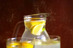 Κανάτα με την αναζωογόνηση κατ' οίκον γίνονταυ Limonade Στοκ Φωτογραφίες