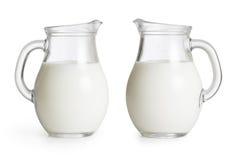 Κανάτες γυαλιού γάλακτος καθορισμένες. Ψαλιδίζοντας την πορεία συμπεριλαμβανόμενη στοκ εικόνες