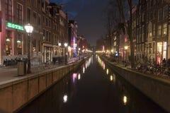 Κανάλι και κτήρια του Άμστερνταμ τη νύχτα Στοκ φωτογραφία με δικαίωμα ελεύθερης χρήσης
