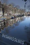 Κανάλι και κτήρια του Άμστερνταμ Στοκ Φωτογραφίες