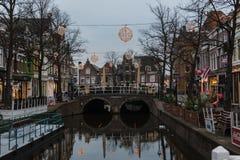 Κανάλι και σπίτια στο παλαιό μέρος του Αλκμάαρ, Κάτω Χώρες Στοκ Εικόνα