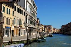 Κανάλι με τα σπίτια αναμμένα από τον ήλιο στη Βενετία στην Ιταλία Στοκ Φωτογραφία