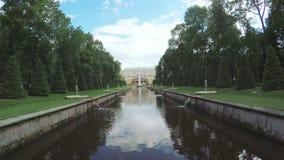 Κανάλι με την πηγή σε Peterhof φιλμ μικρού μήκους