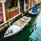 Κανάλι με τις παλαιές εκλεκτής ποιότητας βάρκες που χτίζουν πλησίον την αποβάθρα στοκ φωτογραφία με δικαίωμα ελεύθερης χρήσης