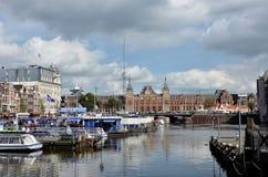 Κανάλι με τις τουριστικές βάρκες στο Άμστερνταμ Στοκ Φωτογραφία