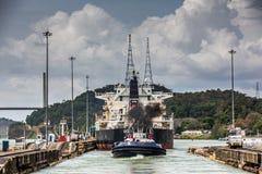 κανάλι που βγαίνει το σκάφος του Παναμά Στοκ Φωτογραφία