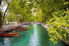 Κανάλι στο Annecy, Γαλλία με τις βάρκες από μια πλευρά Στοκ εικόνες με δικαίωμα ελεύθερης χρήσης