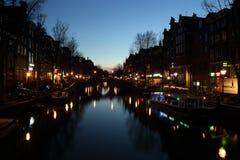 Κανάλι του Άμστερνταμ τη νύχτα στην Ολλανδία Στοκ εικόνα με δικαίωμα ελεύθερης χρήσης