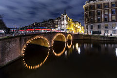 Κανάλι του Άμστερνταμ τη νύχτα Στοκ εικόνες με δικαίωμα ελεύθερης χρήσης