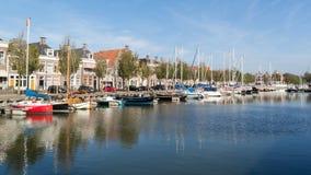Κανάλι Noorderhaven στην παλαιά πόλη Harlingen, Κάτω Χώρες Στοκ Εικόνες