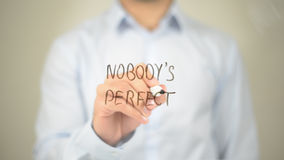 Κανένας δεν είναι τέλειος, άτομο που γράφει στη διαφανή οθόνη Στοκ Εικόνες