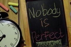 Κανένας δεν είναι τέλειος ζωηρόχρωμο σε χειρόγραφο φράσης στον πίνακα κιμωλίας στοκ εικόνα με δικαίωμα ελεύθερης χρήσης