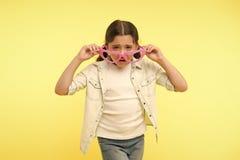 Κανένας δεν με συμπαθεί Το δυστυχισμένο πρόσωπο κοριτσιών παιδιών βγάζει διαμορφωμένα καρδιά eyeglasses Το κορίτσι αισθάνεται μόν στοκ εικόνες με δικαίωμα ελεύθερης χρήσης