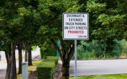 Κανένας ολονύκτιος χώρος στάθμευσης δεν απαγόρευσε το σημάδι με το πρόστιμο στοκ εικόνες
