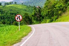 Κανένας προσπερνώντας πίνακας σημαδιών κυκλοφορίας στο εθνικό αυτοκινητόδρομο επειδή απότομη κάθοδος Hill και δρόμος με πολλ'ες σ Στοκ φωτογραφίες με δικαίωμα ελεύθερης χρήσης