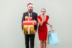 Κανένας τρόπος! Κατάπληκτος γενειοφόρος άνδρας στο κόκκινο καπέλο και γυναίκα στο κόκκινο φόρεμα, ho Στοκ Εικόνες