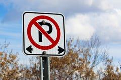 Κανένας χώρος στάθμευσης αριστερά ή δεξιά του σημαδιού Στοκ φωτογραφία με δικαίωμα ελεύθερης χρήσης