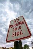 Κανένας χώρος στάθμευσης αυτή η πλευρά στοκ φωτογραφία με δικαίωμα ελεύθερης χρήσης