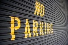 Κανένας χώρος στάθμευσης - κίτρινο σημάδι στο γκαράζ Στοκ φωτογραφίες με δικαίωμα ελεύθερης χρήσης