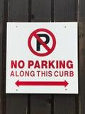 Κανένας χώρος στάθμευσης κατά μήκος του σημαδιού συγκρατήσεων Στοκ φωτογραφίες με δικαίωμα ελεύθερης χρήσης