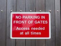 Κανένας χώρος στάθμευσης μπροστά από την πρόσβαση πυλών δεν χρειάστηκε ανά πάσα στιγμή το κόκκινο πάρκο Στοκ Φωτογραφία