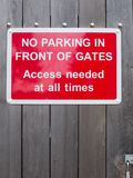 Κανένας χώρος στάθμευσης μπροστά από την πρόσβαση πυλών δεν χρειάστηκε ανά πάσα στιγμή το κόκκινο πάρκο Στοκ φωτογραφία με δικαίωμα ελεύθερης χρήσης