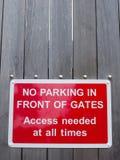Κανένας χώρος στάθμευσης μπροστά από την πρόσβαση πυλών δεν χρειάστηκε ανά πάσα στιγμή το κόκκινο πάρκο Στοκ Εικόνες