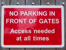 Κανένας χώρος στάθμευσης μπροστά από την πρόσβαση πυλών δεν χρειάστηκε ανά πάσα στιγμή το κόκκινο πάρκο Στοκ εικόνα με δικαίωμα ελεύθερης χρήσης