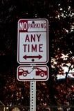 Κανένας χώρος στάθμευσης οποτεδήποτε σημάδι ζώνης ρυμούλκησης μακριά σε μια θέση στοκ εικόνα