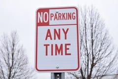 Κανένας χώρος στάθμευσης οποτεδήποτε δεν υπογράφει η κόκκινη και άσπρη οδός κανένα βέλος Στοκ εικόνα με δικαίωμα ελεύθερης χρήσης