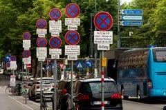 Κανένας χώρος στάθμευσης - οδικά σημάδια στις οδούς της Βιέννης Στοκ Εικόνες