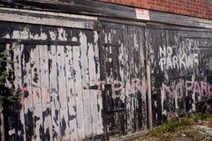Κανένας χώρος στάθμευσης που γράφει σε μια ξύλινη πόρτα UK Στοκ εικόνα με δικαίωμα ελεύθερης χρήσης