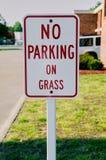 Κανένας χώρος στάθμευσης στενό σε επάνω σημαδιών χλόης Στοκ φωτογραφία με δικαίωμα ελεύθερης χρήσης