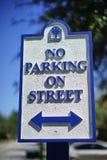 Κανένας χώρος στάθμευσης στο σημάδι και το μπλε ουρανό οδών Στοκ Εικόνα