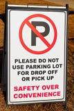 Κανένας χώρος στάθμευσης στο σημάδι σχολικών μερών Στοκ φωτογραφία με δικαίωμα ελεύθερης χρήσης