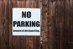 Κανένας χώρος στάθμευσης, beware του σημαδιού σκυλιών φρουράς Στοκ εικόνα με δικαίωμα ελεύθερης χρήσης