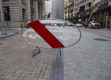 Κανένα αυτοκίνητο δεν επέτρεψε το οδικό σημάδι κοντά στο κτήριο Χρηματιστηρίου Αξιών της Νέας Υόρκης Στοκ Φωτογραφία