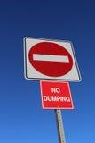 Κανένα είσοδος ή Ντάμπινγκ σημάδι ενάντια στο μπλε ουρανό Στοκ Φωτογραφία