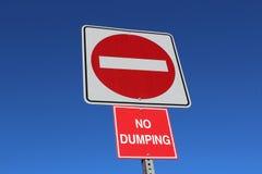 Κανένα είσοδος ή Ντάμπινγκ σημάδι ενάντια στο μπλε ουρανό Στοκ φωτογραφία με δικαίωμα ελεύθερης χρήσης