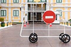 Κανένα κόκκινο σημάδι εισόδων και περασμάτων στο παλάτι στη Μπανγκόκ Στοκ φωτογραφία με δικαίωμα ελεύθερης χρήσης