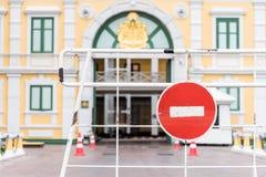 Κανένα κόκκινο σημάδι εισόδων και περασμάτων στο παλάτι στη Μπανγκόκ Στοκ Εικόνες