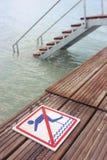 Κανένα πηδώντας προειδοποιητικό σημάδι Στοκ φωτογραφία με δικαίωμα ελεύθερης χρήσης