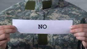 Κανένα που γράφεται σε χαρτί στα χέρια του στρατιώτη, έννοια του τελειώματος του πολέμου, παγκόσμια ειρήνη απόθεμα βίντεο