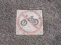 Κανένα σημάδι ανακύκλωσης στο κόκκινο ολοκληρωμένο κύκλωμα περιορισμού κύκλων πατωμάτων πάρκων πεζοδρομίων στοκ φωτογραφία με δικαίωμα ελεύθερης χρήσης