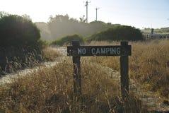 Κανένα σημάδι στρατοπέδευσης στην άγρια χλόη στοκ φωτογραφία με δικαίωμα ελεύθερης χρήσης