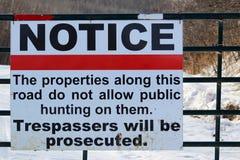 Κανένα σημάδι καταπάτησης ή κυνηγιού σε μια πύλη Στοκ εικόνα με δικαίωμα ελεύθερης χρήσης