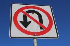 Κανένα σημάδι u-στροφής ενάντια στο μπλε ουρανό Στοκ εικόνα με δικαίωμα ελεύθερης χρήσης